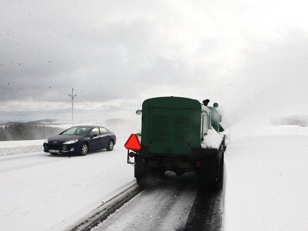 SNÍH uzavřel pro kamiony silnici I/7. Cesta na Horu sv. Šebestiána je na české straně čistá. Probkémy mají na německé straně.