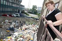RIEGROVA ULICE. Pohled ze sousedního domu na nepořádek ve dvoře. Obyvatelé domů vyhazují odpadky rovnou z oken. Eva Hamarčáková (na snímku) z vedlejšího domu si stěžuje na zápach a odpadky, které jí přistávají na terase a v okolních dvorech.