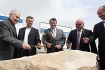 Za účasti investorů, dodavatelů a hejtmana kraje Jiřího Šulce byly v pátek zahájeny dvě stavby R7 Vysočany- Bítozeves mimoúrovňové křižovatky na Lounsku poblíž průmyslové zóny TRIANGLE.