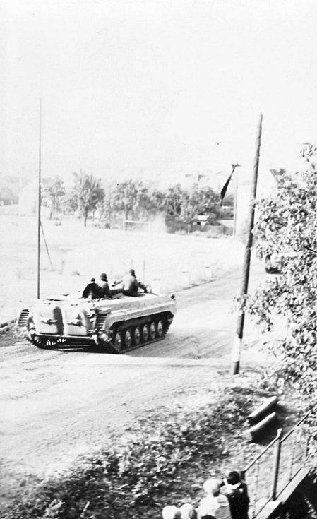 Tanky a těžká technika se valily kolem domů a zahrádek na Chomutovsku.