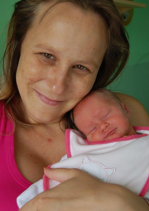 Karolínku Forštovou k sobě tiskne maminka Lucie Forštová z Chomutova. Malá se narodila 4. 8. ve 20:48 hod. v chomutovské porodnici. Měřila 46 cm a vážila 2,1 kg.
