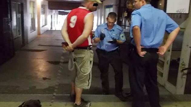 Při druhém výjezdu strážníci odchytili alespoň muže, který měl psa vypuštěného na volno. Sám byl od něj pokousaný. Protože ho nepřihlásil a neplatí poplatky, vyfasoval pokutu.