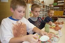 KERAMIKA NENÍ JEN PRO HOLKY. Martin, Adam a Radim (na fotografii zleva) si z mnoha kroužků, které nabízí chomutovský Domeček nevybrali ani oblíbený florbal, ani počítačový kroužek, ale právě keramiku.