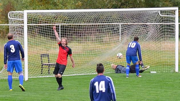 GÓL: Útočník Otvic Martin Vítešník (v červeném dresu) se v utkání proti AFK LoKO Chomutov radoval hned třikrát. Nejvíc ale poté, co dovršil hattrick.