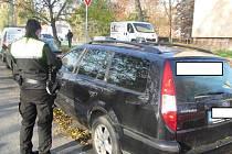 Strážnice u jednoho z nabouraných aut.