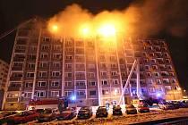 Hasiči zasahují u požáru střechy panelového domu v Jirkově u Chomutova