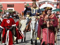 Karel IV. přijíždí s početnou družinou.