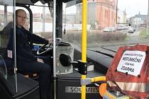 """JE STŘEDA RÁNO A ŘIDIČ TROLEJBUSU Pavel Dřízhal vyráží z točny ve Vodní ulici ke své jízdě. Odbavovací zařízení má stále zakryté a tak se cestující budou opět vozit zadarmo. """"Nefunguje nám to,"""" říká a krčí při tom rameny."""