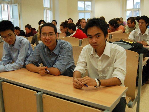 Tři z jedenácti vietnamských studentů, kteří v akademickém roce 2006/7 studovali ČVUT v Chomutově.