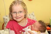 Michaela Rozkovcová z Chomutova přivedla na svět 11.10. 2008 ve 22.02 hodin dcerku Elenu. Holčička měří 49 centimetrů a váží 3,65 kilogramů. Na fotce je se sestrou Dianou.