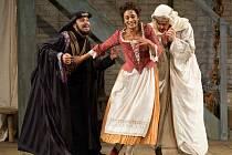 Hvězdy Metropolitní opery v New Yorku budou k vidění i v chomutovském kině Svět. Zleva Rodion Progossov, Danielle de Niese a Matthew Polenzani v Mozartově operní komedii Cosi fan tutte.