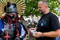 Na Studentském náměstí v Kadani si dali dostaveníčko přiznivci lahodného čaje. Nechyběli ani samurajové, gejši a exotičtí hudci.