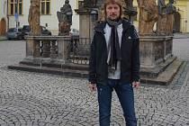 První porevoluční starosta Chomutova Karel Mrázek (1957), v současné době podnikatel, žije stále v Chomutově. Kancelář má přímo na náměstí.