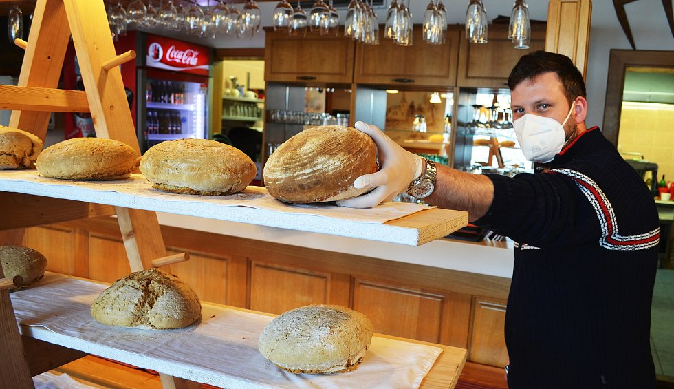 NA LESNÉ PEČOU PRO DVA OKRESY. Velikonoční dobroty, oblíbený chléb i voňavé koláčky pečou v době lockdownu v Horském hotelu Lesná. Fungují přímo na hranicích okresů Chomutov a Most, i s tím si ale poradili, otevřeli tam dvě prodejní okénka.
