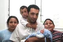 Lucii Redaiové z Chomutova se 9.7. 2008 ve 3.42 hodin narodil syn Denis Redai. Chlapec měřil 48 centimetrů a vážil 2,550 kilogramů. Na snímku jsou s malým Denisem také sourozenci Pamela, Zoltán a Nikolas a tatínek Zoltán Berki.