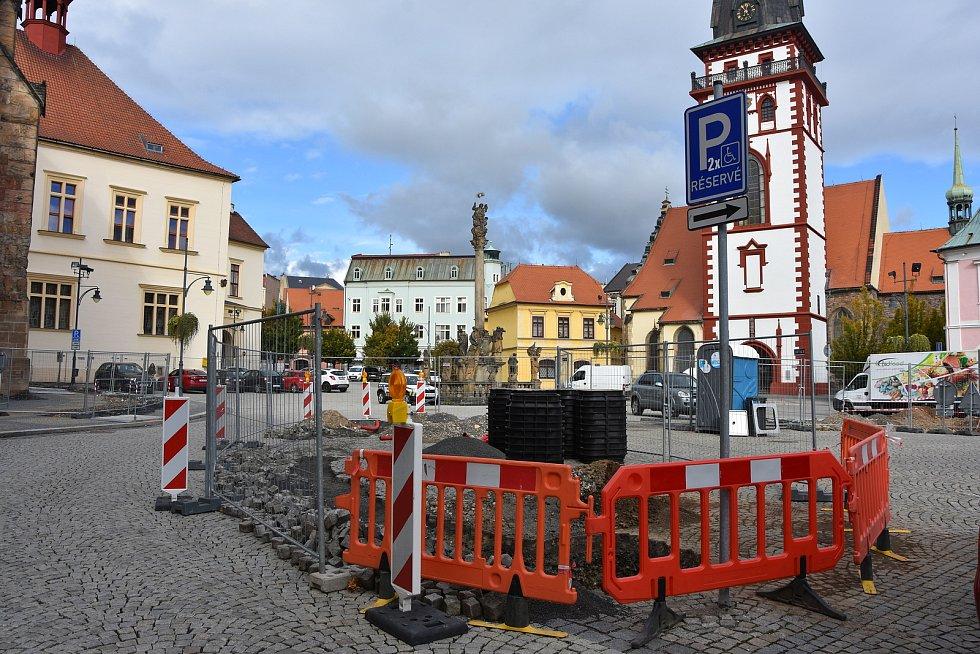 Archeologové mohli důkladně prozkoumat historické vrstvy pod povrchem náměstí 1. máje v Chomutově. Bylo to díky stavebním výkopům.