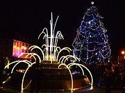 Ve Vejprtech již rozsvítili svůj vánoční strom.