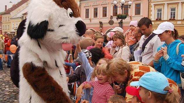 Maskot Kadaně Maxipes Fík v obležení dětí.