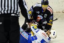 Snímek je ze  čtvrtečního utkání prvoligových hokejistů Chomutova v přípravném zápase. Soupeřem jim byl jejich dlouholetý rival v postupu do extraligy Mladá Boleslav, která se nakonec díky čtyřem brankám v poslední třetině radovala z vítězství 2:4.