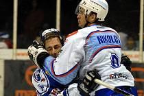 """Angel Nikolov masíruje Kostourka, aby za chvíli zvedl ruce v gestu """"já nic…."""""""