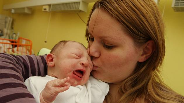 Jakoubek Mařinec se narodil jako první miminko roku. Na snímku v náručí maminky Gabriely Vladařové z Vejprt. Narodil se na Nový rok v 8:20 hodin. Měřil 50 cm a vážil 3,44 kg.