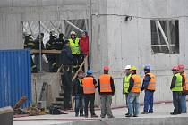 Pozdvižení. Dělníci, hasiči, policisté... Zřícená střecha byla zvenčí vidět jen skrze okna v základních zdech.