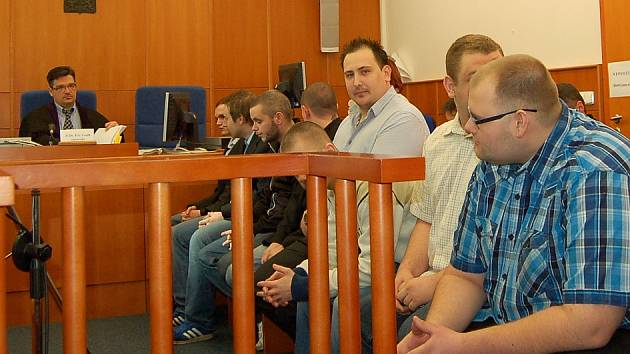 Fanoušci před chomutovským soudem.