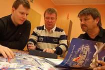 PORADA. Zleva David Dinda, Karel Lipmann a Milan Štefanov při poradě nad další mediální kampaní k Popelce na ledě.