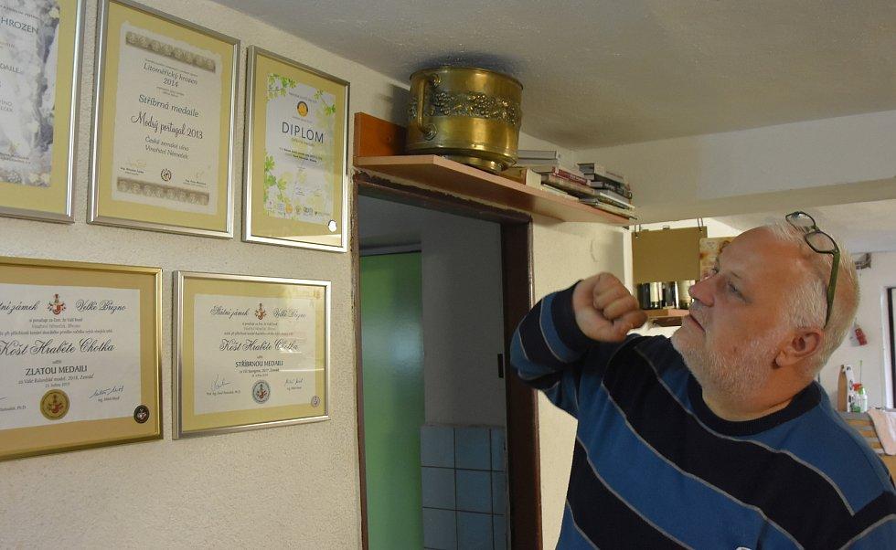 Úspěchy vinaře Karla Němečka a jeho rodiny dokazuje řada diplomů.