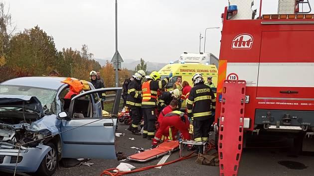 Kvážné dopravní nehodě, která si vyžádala pět zraněných, došlo ve středu před 13. hodinou vChomutově – Nových Spořicích.
