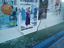 Rozbitá výloha v chomutovské Palackého ulici