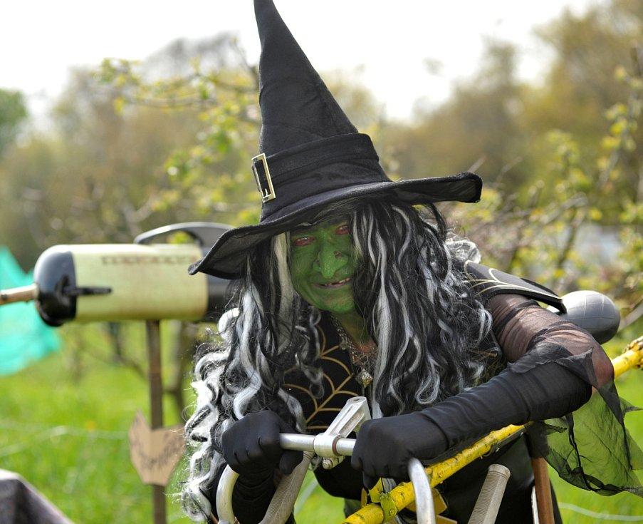 Čarodějnice se svým speciálně upraveným koštětem.