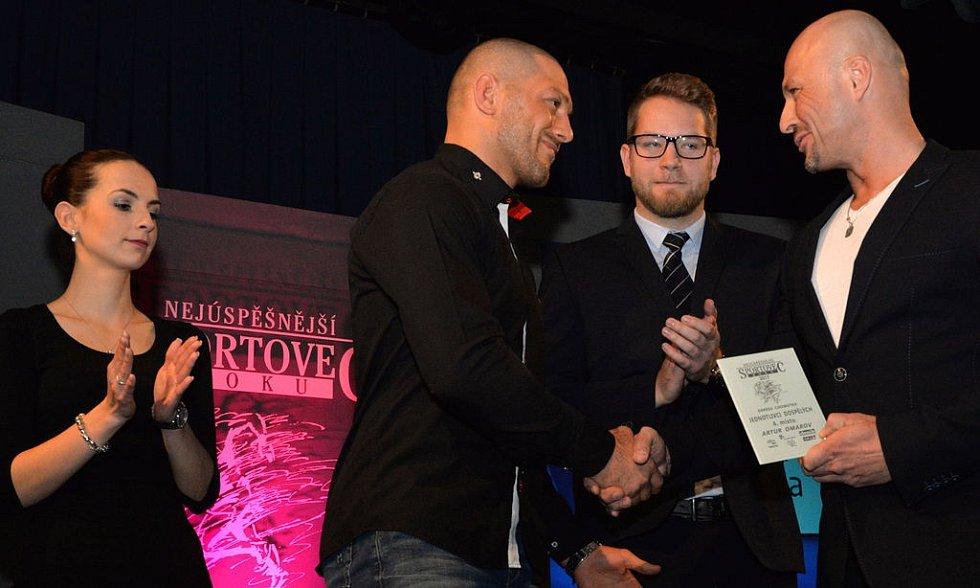 Zápasník Artur Omarov získal 4. místo v kategorii dospělých jednotlivců. Na snímku druhý zleva.