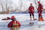 Záchrana tonoucího. Cvičení chomutovských profesionálních hasičů.