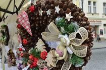 Na náměstí v Chomutově pokračují Vánoční trhy. Prodejci mají v nabídce adventní věnce a ozdoby.