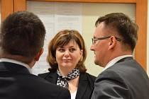 Bývalá starostka Klášterce nad Ohří Kateřina Mazánková (uprostřed) před okresním soudem v Chomutově. Vlevo spoluobviněný Tomáš Šroubek a vpravo jejich advokát.