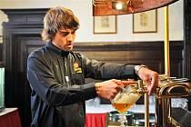 Ačkoli se Miloš Protiva soustředí, aby načepoval chutné pivo, klidně vám u toho bude vyprávět o pivovarnictví a jak se o zlatavý mok pečuje.
