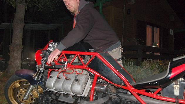 David Vršinsky předvádí motorku s motorem z Tatry.