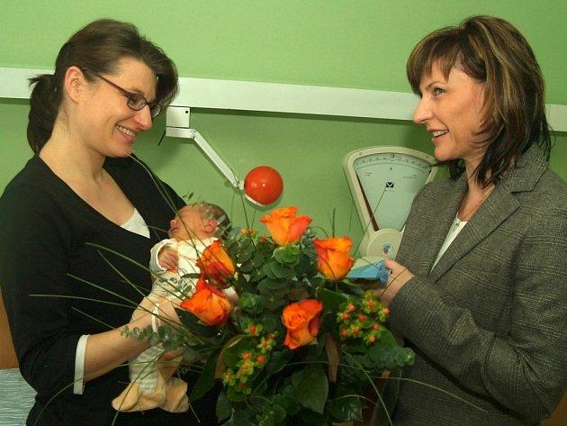 Veronika Římsová s malou Adriankou a primátorkou Ivanou Řápkovou, která přišla přát.