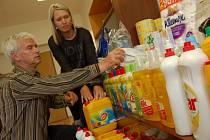 Místostarosta Spořic Jan Kujíček a pracovnice úřadu Lucie Součková kontrolují čisticí prostředky, které už místní přinesli do sbírky pro postižené povodněmi.