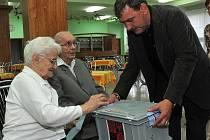 UKÁZKOVÍ MANŽELÉ František a Františka Votavovi měli možnost odvolit v jídelně jirkovského domova důchodců, kde žijí.