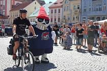 A JEDE SE! Chomutované včera přišli podpořit jízdu Lubomíra Kučery na náměstí 1. máje v Chomutově. Mezi nimi i hokejisté chomutovských Pirátů s maskotem Picaroonem.