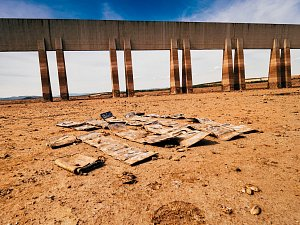 Nechranická přehrada je u hráze úplně bez vody