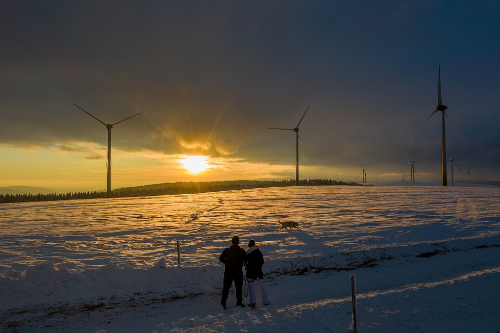 Pohled na západ slunce u největšího větrného parku v Krušných horách v Rusové u Chomutova. (12.2.2021)
