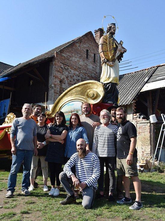Část tvůrčího týmu s bissonou Praga.