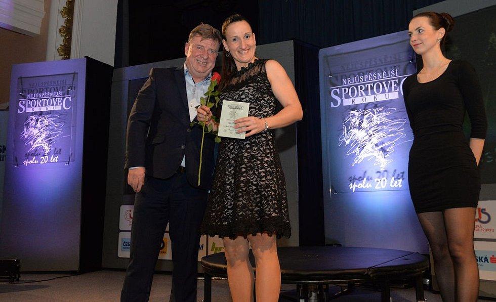 Atletka Jana Hyjánková získala cenu a růži z rukou chomutovského radního Karla Lipmanna.