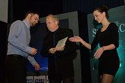 Florbalista Ondřej Šarša (vlevo) získal od čtenářů 1965 hlasů a stal se tak Sportovní hvězdou Deníku. Cenu mu předal sporťák Chomutovského deníku Jaroslav Průša.
