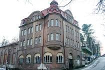 Budova kina ve Vejprtech na Chomutovsku je v dezolátním stavu a rozpadá se.