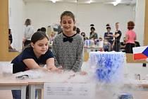 Školáci z Jirkova zažili originální hodinu chemie s demonstračními pokusy.