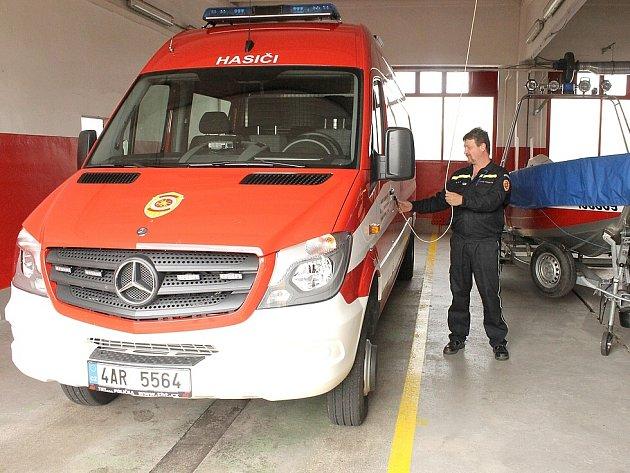 O transportér Mercedes Sprinter, který nově patří do vozového parku profesionálních hasičů z elektráren Tušimice a Prunéřov, se stejně jako o ostatní vozy stará garážmistr Pavel Najman.